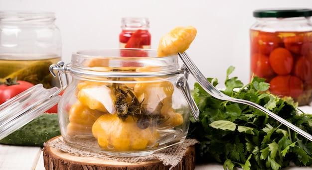 Arreglo de deliciosas verduras en conserva