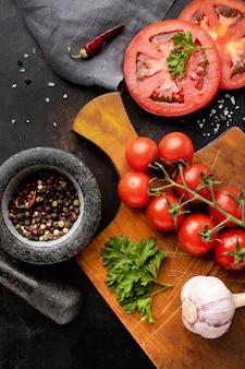 Arreglo de deliciosas verduras frescas.