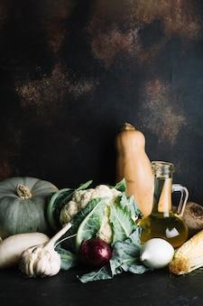 Arreglo de deliciosas verduras de otoño.