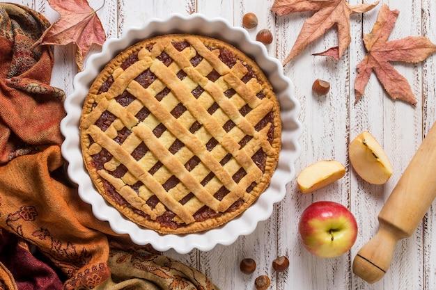 Arreglo delicioso pastel y hojas