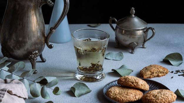 Arreglo delicioso té de hierbas y galletas