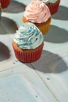 Arreglo de deliciosos cupcakes de alto ángulo