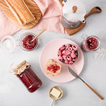 Arreglo de desayuno con café y mermelada