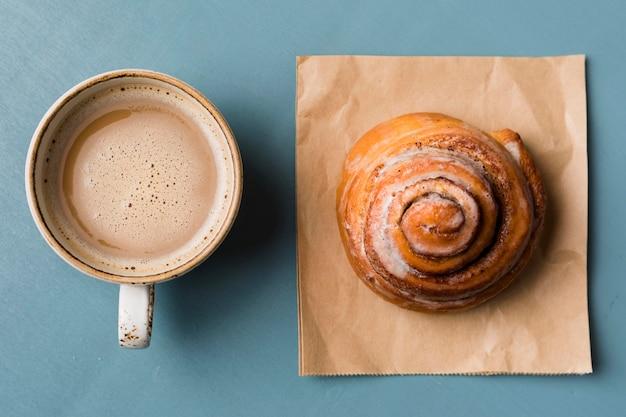 Arreglo de desayuno con café y pastelería.