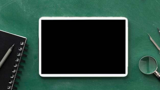 Arreglo del día de la educación laica plana con tableta