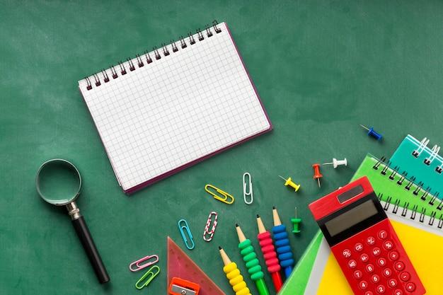 Arreglo de día de educación laico plano con bloc de notas vacío