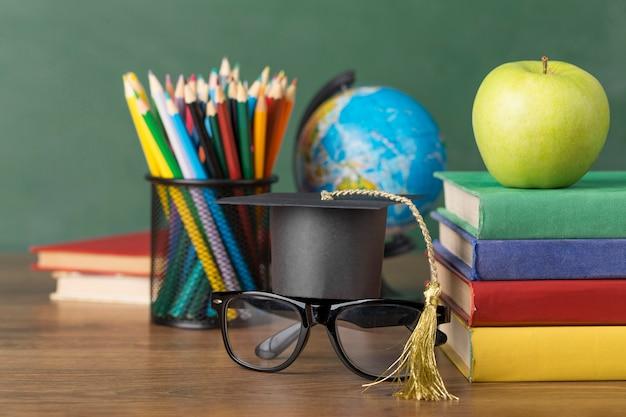 Arreglo del día de la educación en una mesa