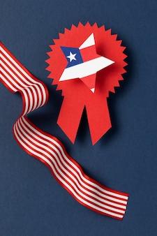 Arreglo del día de la independencia con elementos festivos.