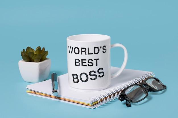 Arreglo del día del jefe de vista frontal con taza de café