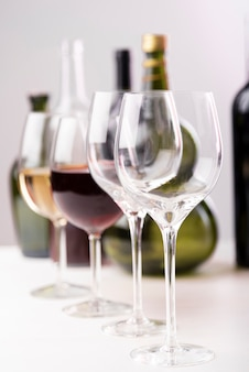 Arreglo de diferentes copas de vino.