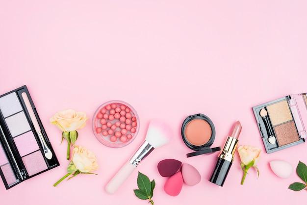 Arreglo de diferentes cosméticos con espacio de copia
