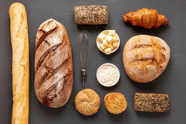 Arreglo elegante de pan delicioso