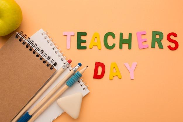 Arreglo de elementos del día del maestro.