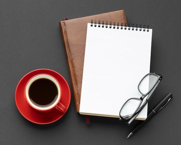 Arreglo de elementos de escritorio con taza de café