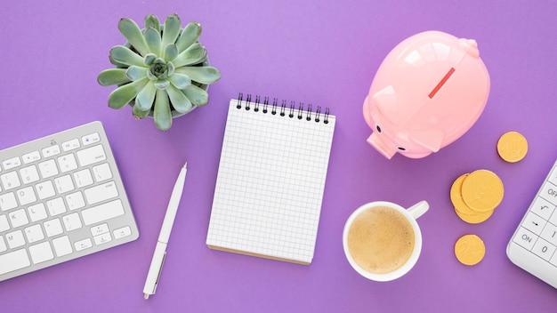 Arreglo de elementos financieros con bloc de notas vacío