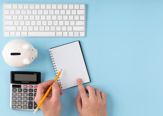 Arreglo de elementos de finanzas con espacio de copia