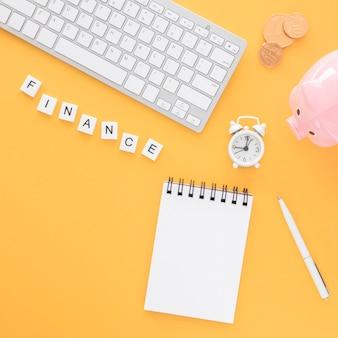 Arreglo de elementos de finanzas de vista superior con bloc de notas vacío