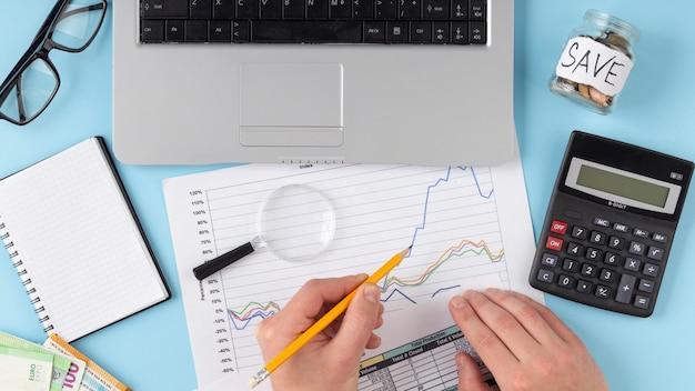 Arreglo de elementos de finanzas vista superior