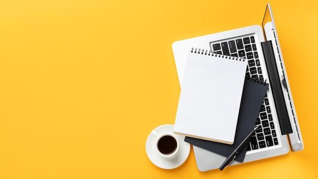 Arreglo de elementos de oficina de vista superior con espacio de copia