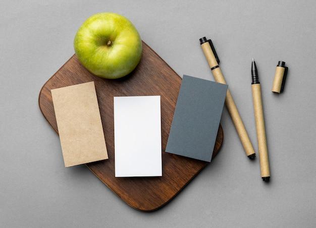 Arreglo con elementos de papelería sobre fondo gris