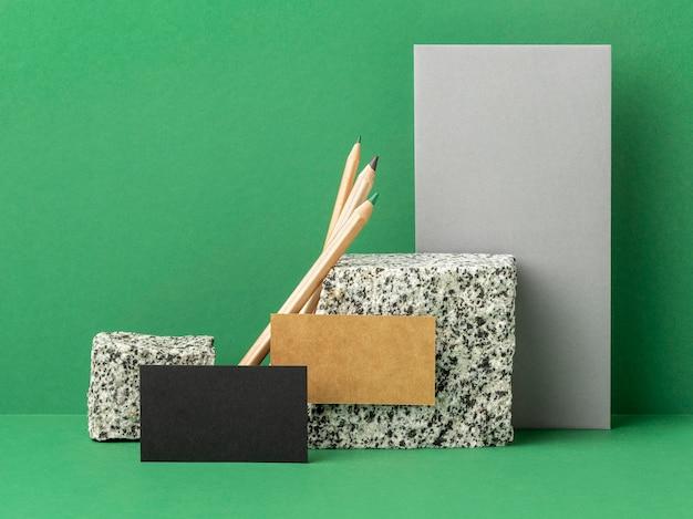 Arreglo con elementos de papelería sobre fondo verde