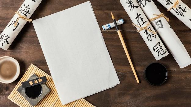Arreglo de elementos de tinta china con tarjeta vacía