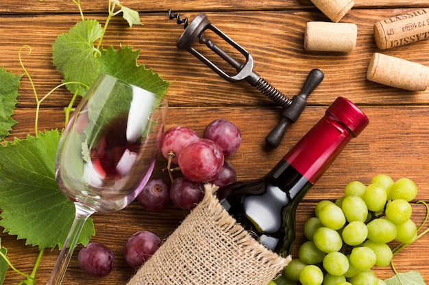Arreglo de elementos de vino tinto.