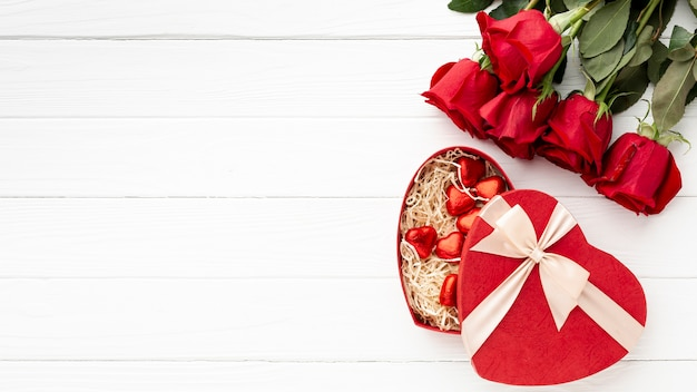 Arreglo encantador para la cena del día de san valentín en el fondo de madera blanca con espacio de copia