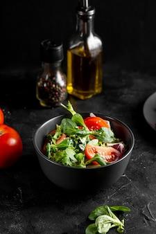 Arreglo de ensalada en un tazón oscuro