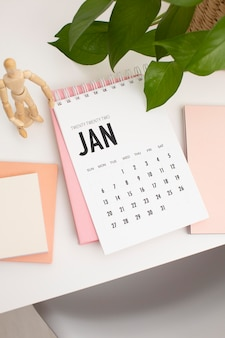 Arreglo de escritorio de alto ángulo con calendario