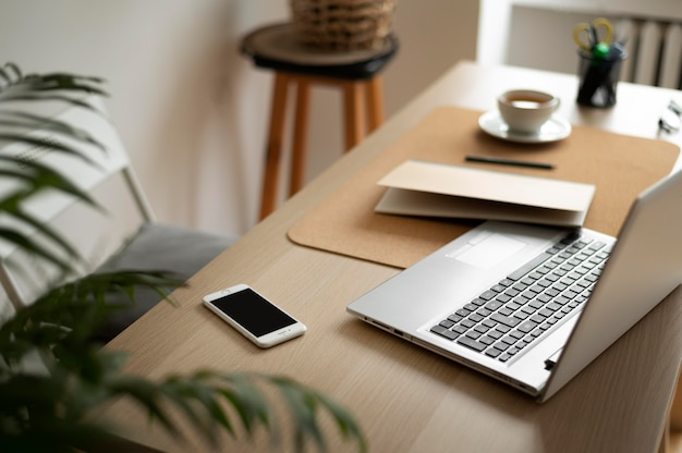 Arreglo de escritorio en ángulo alto con laptop