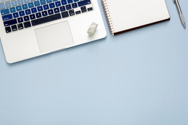 Arreglo de escritorio con bloc de notas vacío con espacio de copia