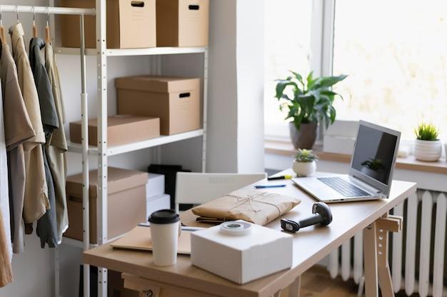 Arreglo de escritorio con laptop y mochila