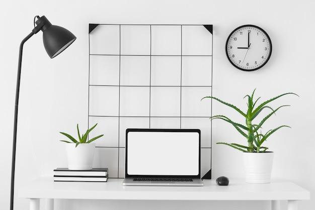 Arreglo de escritorio con laptop
