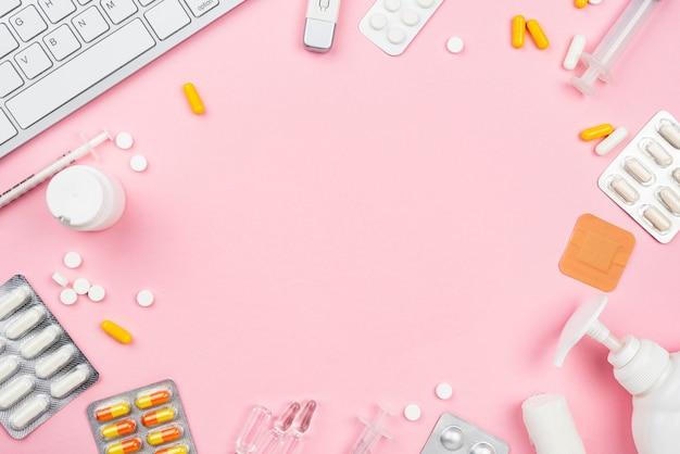 Arreglo de escritorio médico sobre fondo rosa
