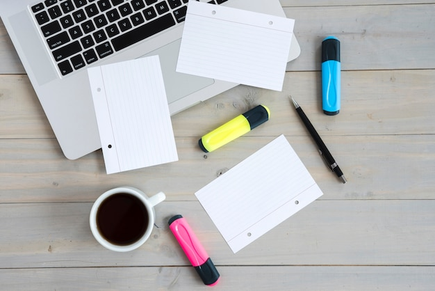 Arreglo de escritorio de negocios con dispositivo