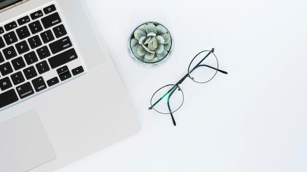 Arreglo de escritorio de negocios con laptop