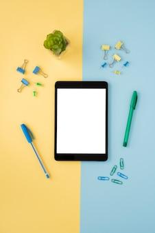 Arreglo de escritorio de negocios con tableta y lápices