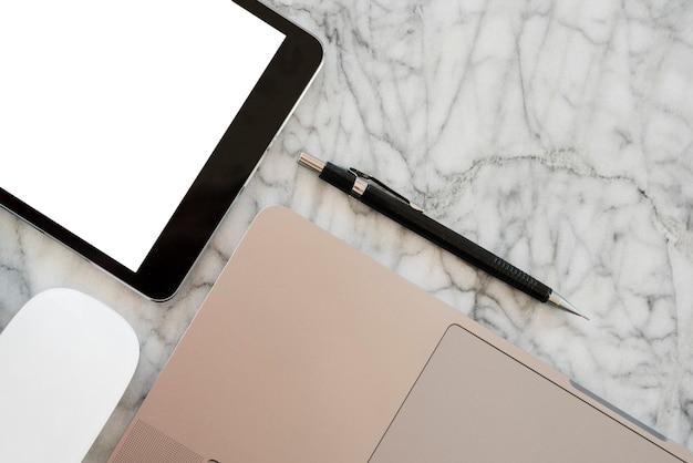 Arreglo de escritorio de negocios con tableta