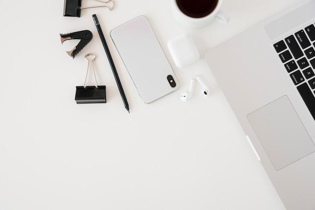 Arreglo de escritorio de negocios de vista superior