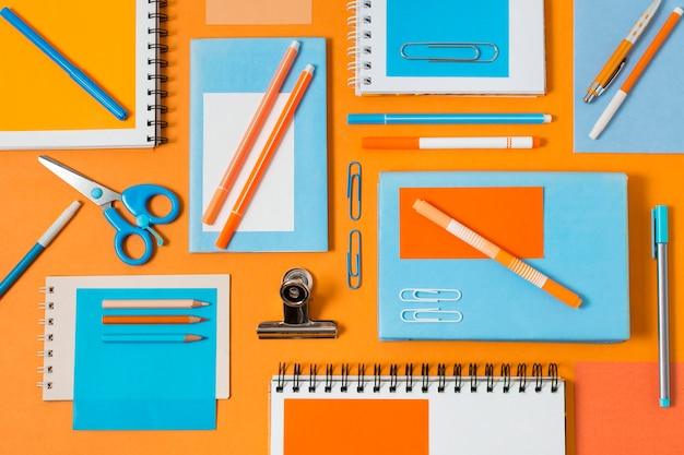 Arreglo de escritorio plano con cuaderno