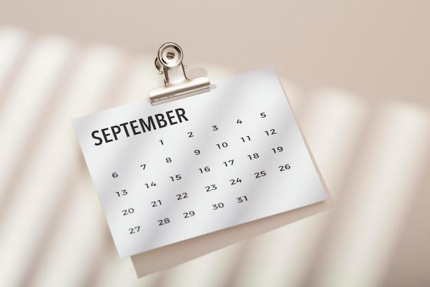 Arreglo de escritorio de vista superior con calendario