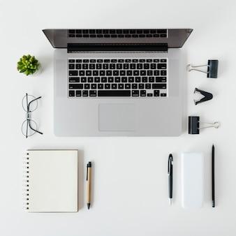 Arreglo de escritorio con vista superior con laptop