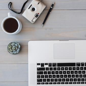 Arreglo de escritorio de vista superior con taza de café