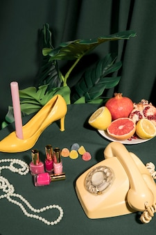 Arreglo femenino en mesa junto a planta tropical.