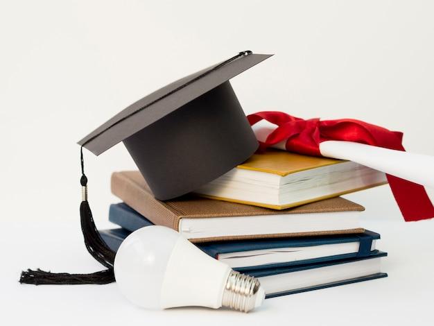 Arreglo festivo de graduación con libros