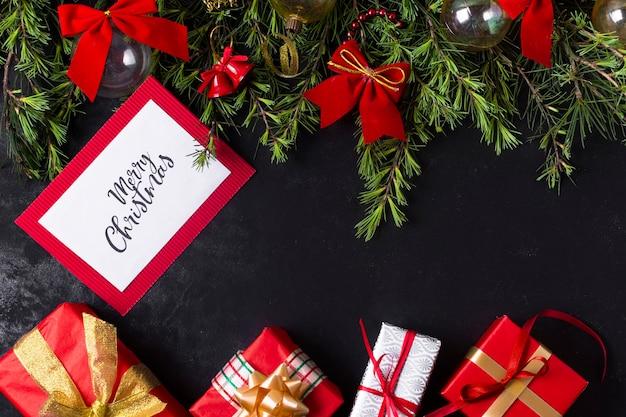 Arreglo festivo de navidad con maqueta de tarjeta