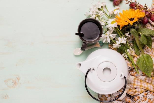 Arreglo de fiesta de té y flores.