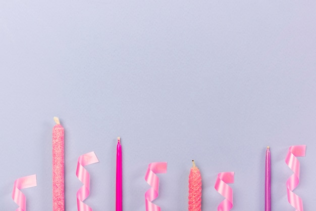 Arreglo de fiesta con velas y cintas