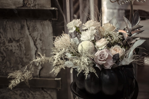 Arreglo floral de flores frescas en una calabaza
